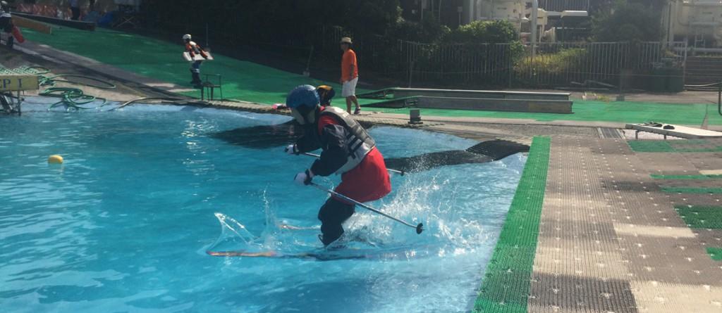初めて滑る方もスキー・スノーボードでジャンプ体験している画像